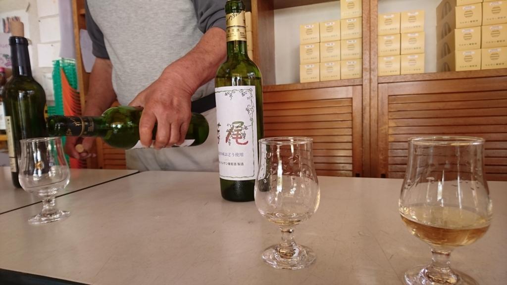 (有)マルサン葡萄酒の試飲カウンター