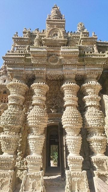シュヴァルの理想宮の東の正面の右側にある「自然の神殿」