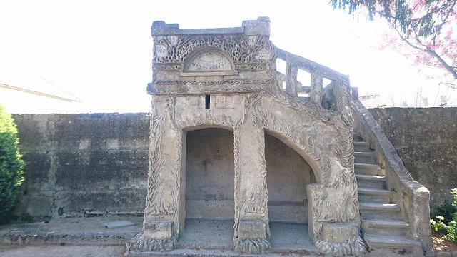 シュヴァルの理想宮の全体像を見るための展望台「ベルヴェデーレ」