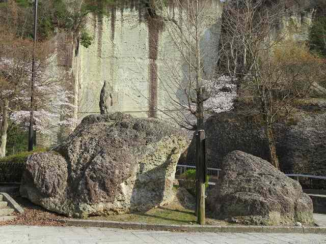 親子がえるの岩