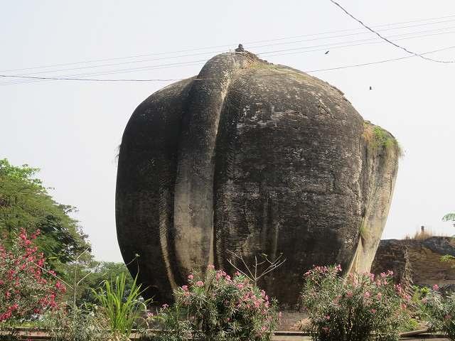ミングォン・パヤーの入り口前のライオン像の後ろ姿