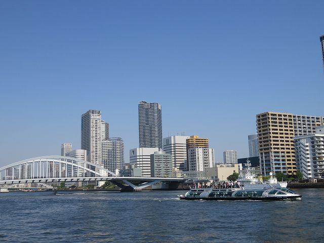 東京湾を走る水上バス「ホタルナ」