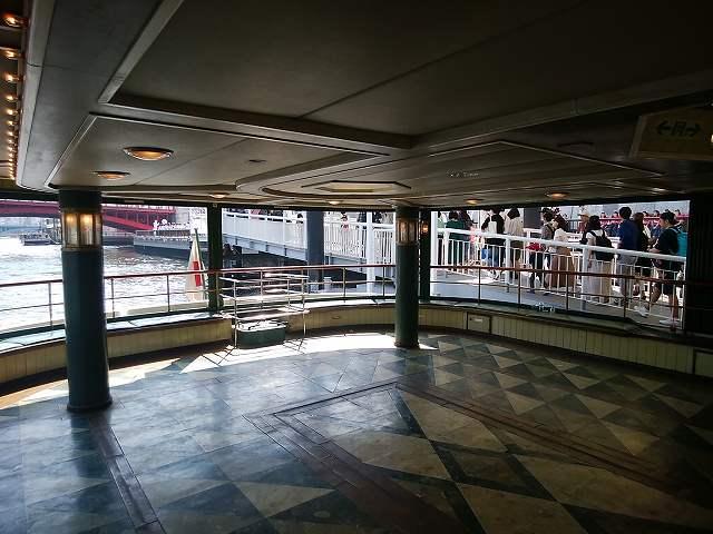 水上バス「道灌」の船内1階のようす