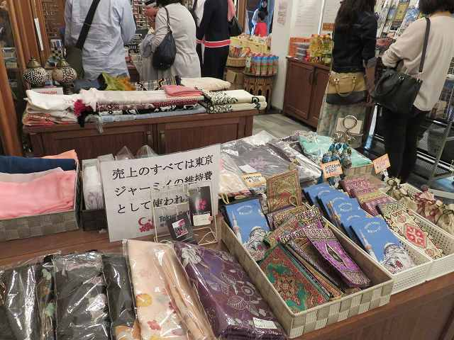 東京ジャーミィ1階に並べられているお土産