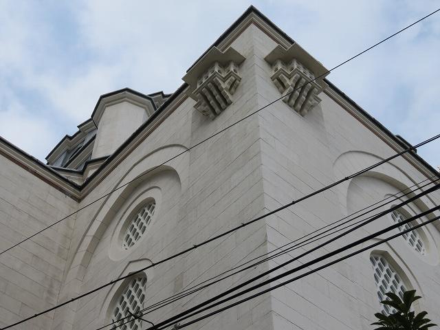 東京ジャーミィの裏側の上部にとりつけられた鳥小屋