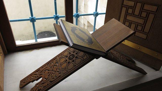 東京ジャーミィ2階の礼拝堂の窓に置かれた書見台とコーラン