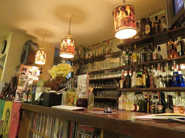 中目黒のエチオピア料理店「クイーン・シーバ」の店内、バーカウンター