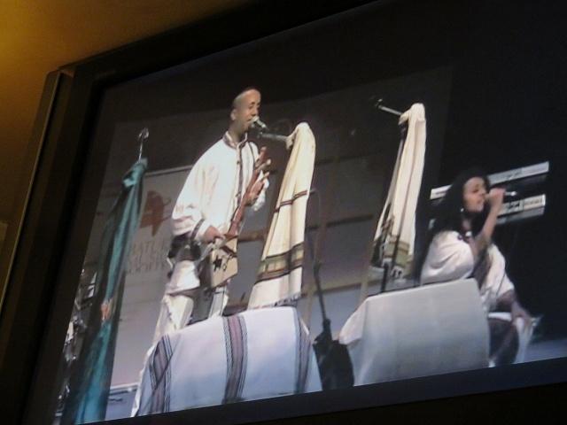 エチオピアの音楽。エチオピアの楽器マシンコを弾き歌う様子