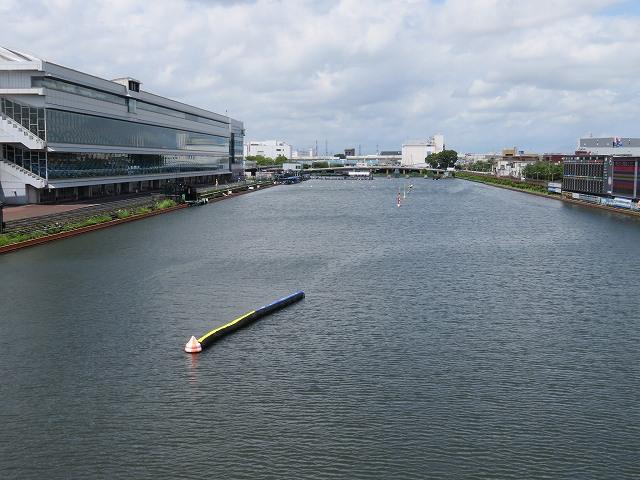 戸田競艇場の水面を走の上から見たところ