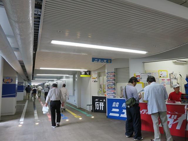 戸田競艇場1階入り口