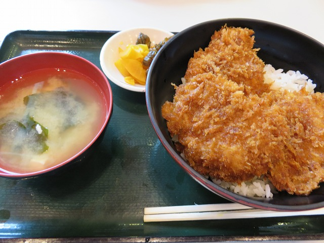 競艇場「こめ蔵」のソースカツ丼