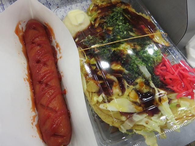桐生競艇場の食堂「鉄板焼きあれこれ」のお好み焼きとフランクフルト