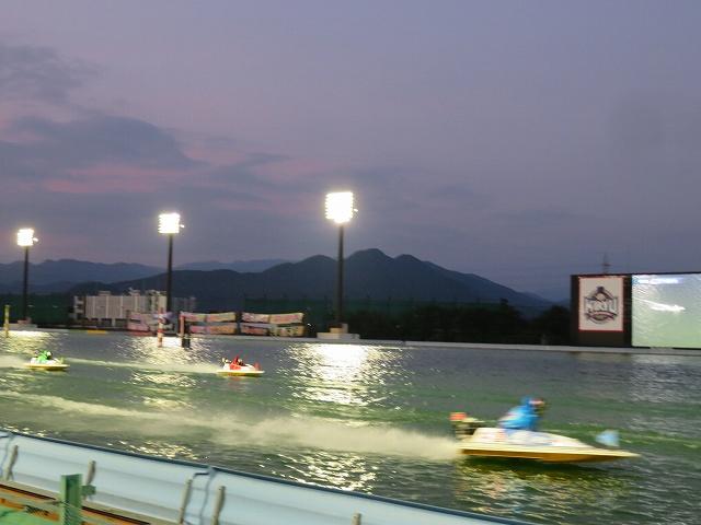 桐生競艇場の夜の水面