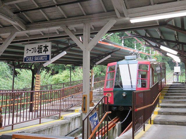 坂本ケーブルの坂本駅に停車する「福号」
