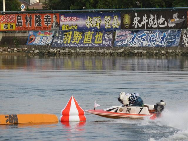 浜名湖競艇場でのヤングダービーで1マークをまわる関浩哉選手