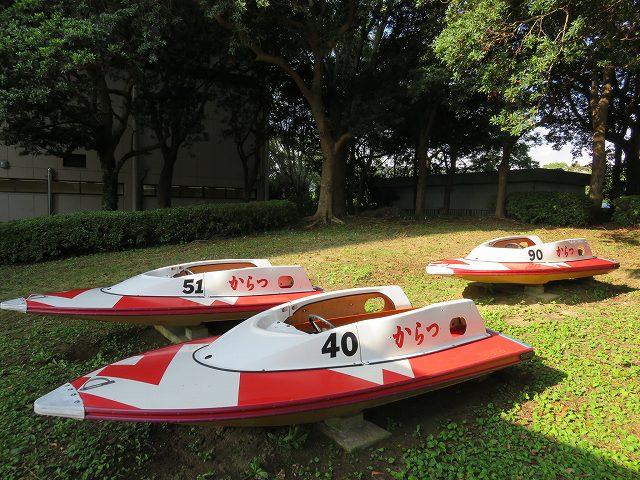 からつ競艇場2マーク側の公園に展示されているボート