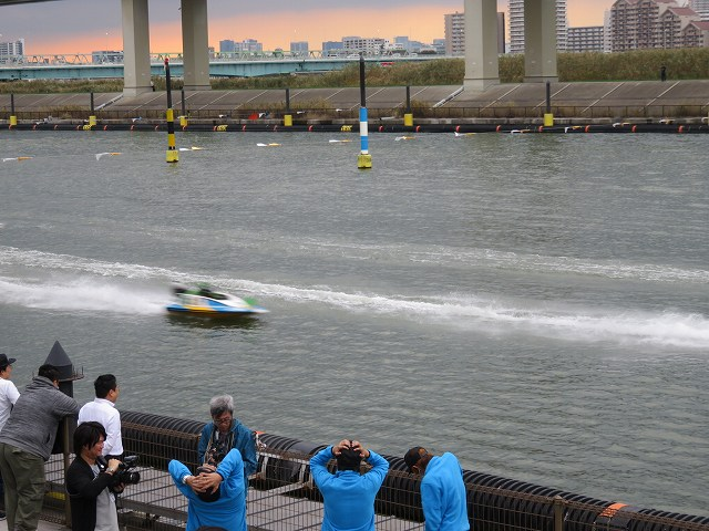 競艇番組の「ういちの江戸川ナイスぅ~っ!」が江戸川競艇場で収録されているようす