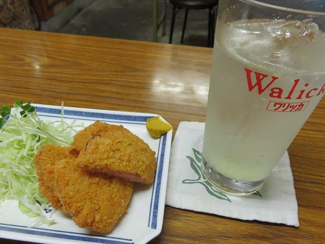 江戸川競艇場前「富士食堂」のレモンサワーとハムカツ