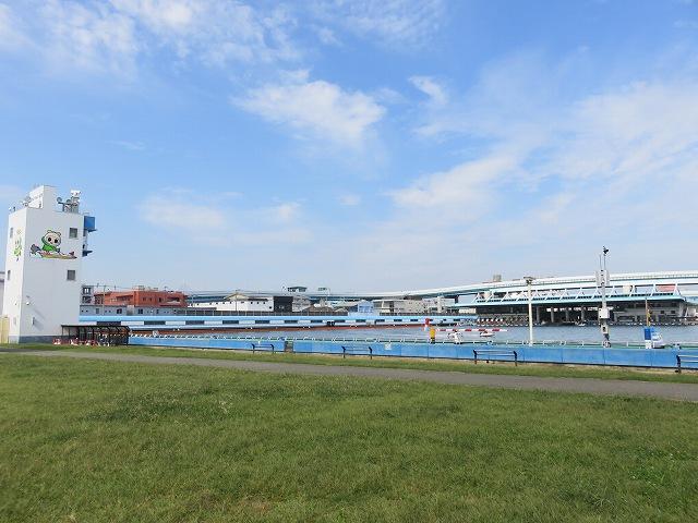 福岡競艇場の外、2マーク側の芝生