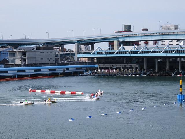 福岡競艇場の水面2マーク側
