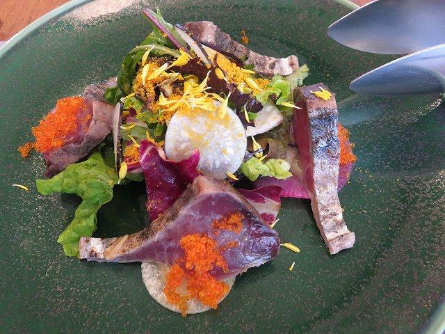 清澄白河フジマル醸造所のレストランの「戻りガツオのカルパッチョ」