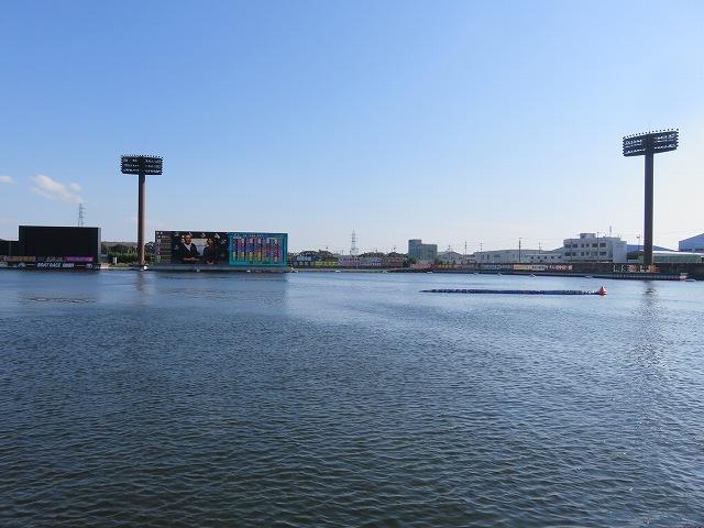 蒲郡競艇場のスタンドから見た水面1マーク側