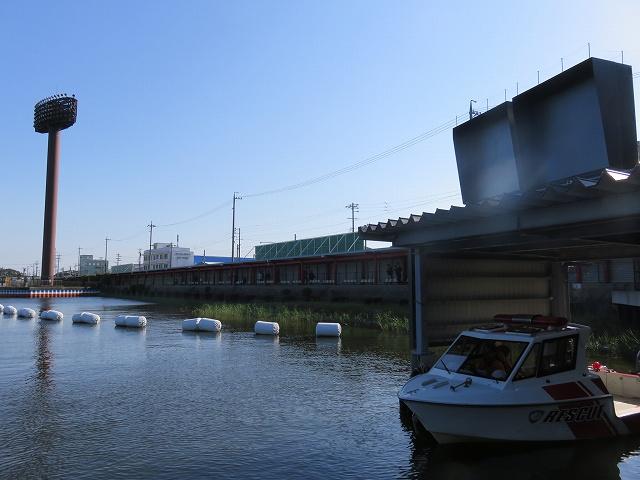 蒲郡競艇場の1マーク側奥に待機するレスキュー艇