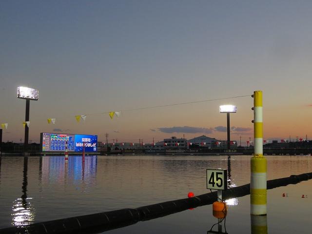 夕方の蒲郡競艇場の水面