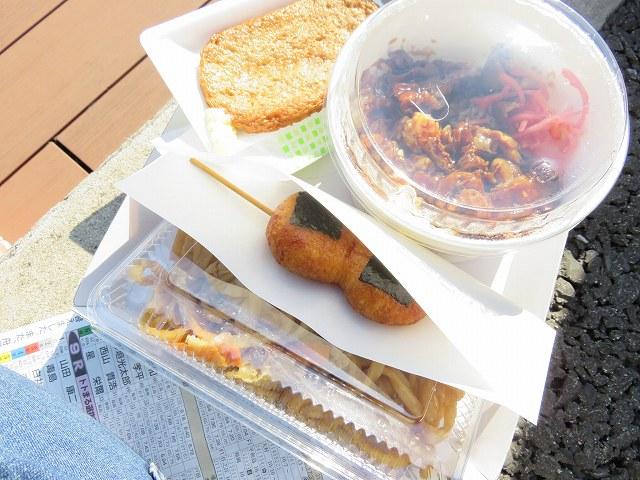 蒲郡競艇場3階売店「まごころや」の炙り牛カルビ丼、じゃこ天。焼きうどん、揚げ餅
