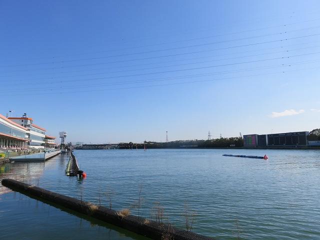 多摩川競艇場のスタンド1マーク側奥から見た水面