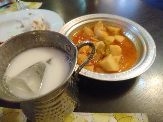 十条駅南口のクルド料理店「メソポタミア」のポテトヤニとヨーグルトドリンク