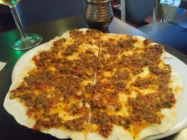 十条駅南口のクルド料理店「メソポタミア」のナンピザ