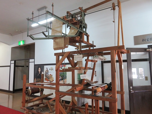 桐生市織物記念館の入り口に展示されている機織り機