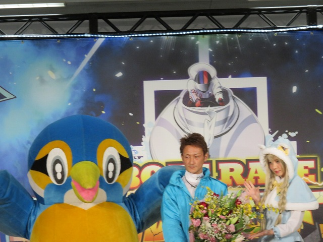 多摩川ファン感謝3Daysバトルトーナメントで優勝した赤岩善生選手と、コスプレイヤーのえなこ