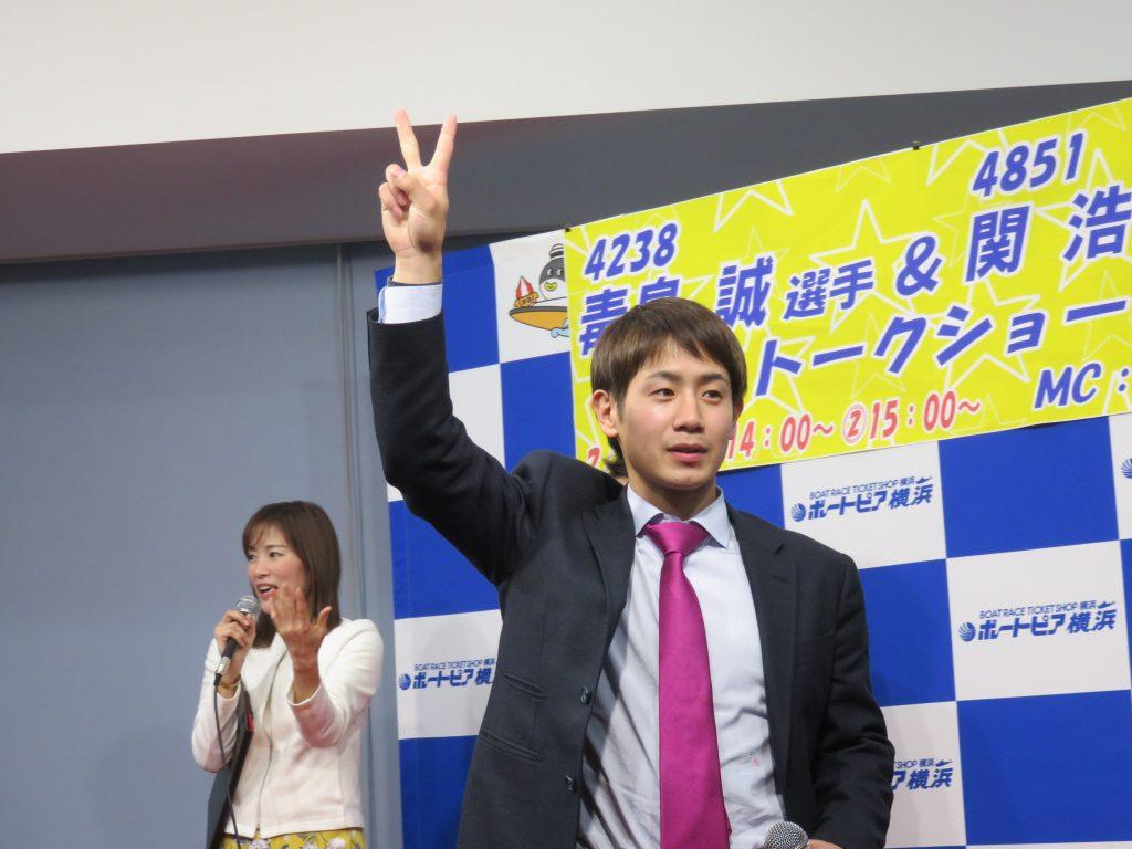 ボートピア横浜のトークショーでじゃんけん大会をする関浩哉選手