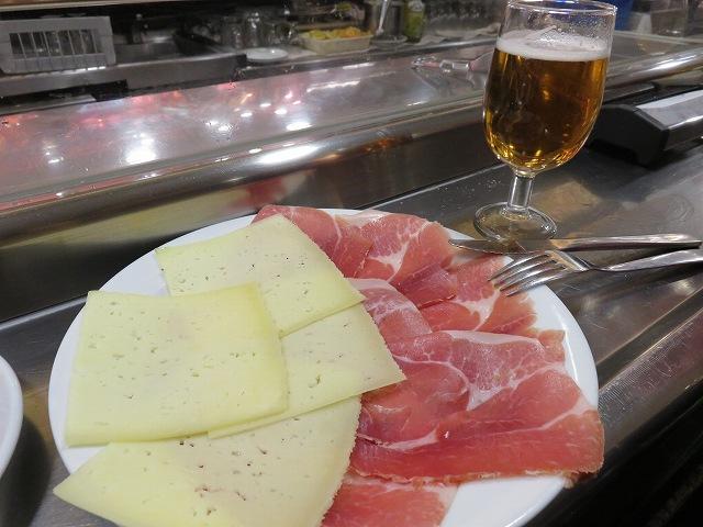 マドリードの生ハム博物館(Museo del Jamon)のチーズと生ハムの盛り合わせ