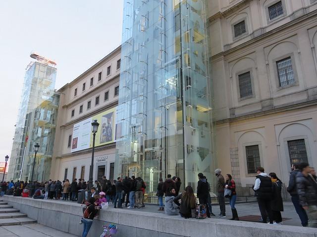 マドリードのソフィア王妃芸術センターの無料観覧のために並ぶ人たち