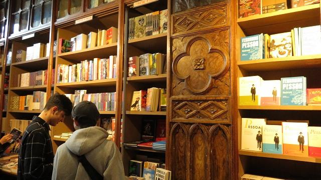 ポルトの「世界一美しい本屋」レロ書店の中のようす