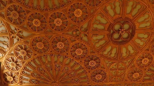 ポルトの「世界一美しい本屋」、レロ書店の天井