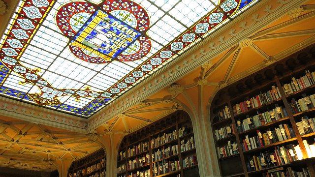 ポルトの「世界一美しい本屋」レロ書店の天井のステンドグラス