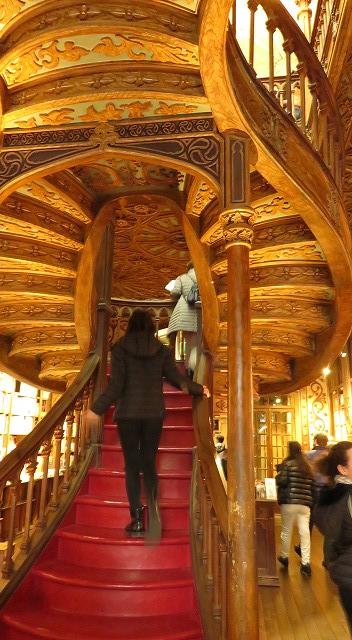 ポルトの「世界一美しい本屋」レロ書店の「天国への階段」