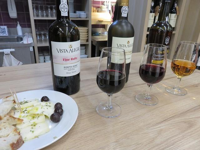 ボリャオン市場内のポートワイン屋の3種類プラスおつまみつき試飲セット