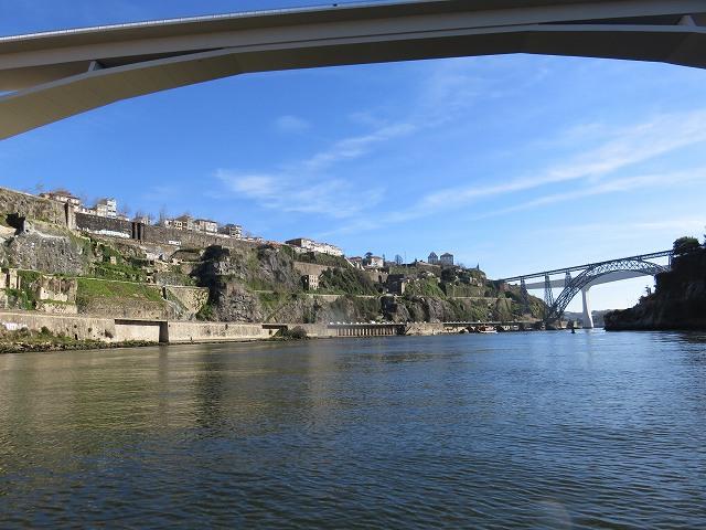 ポルトのドウロ川クルーズ船から眺めたインファンテ橋とマリア・ピア橋