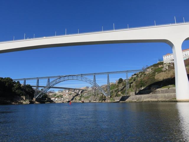 ポルトのドウロ川クルーズ船から眺めたサン・ジョアン橋とマリア・ピア橋