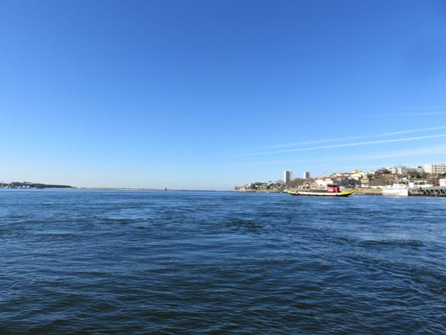 ポルトのドウロ川から海へ出るところ