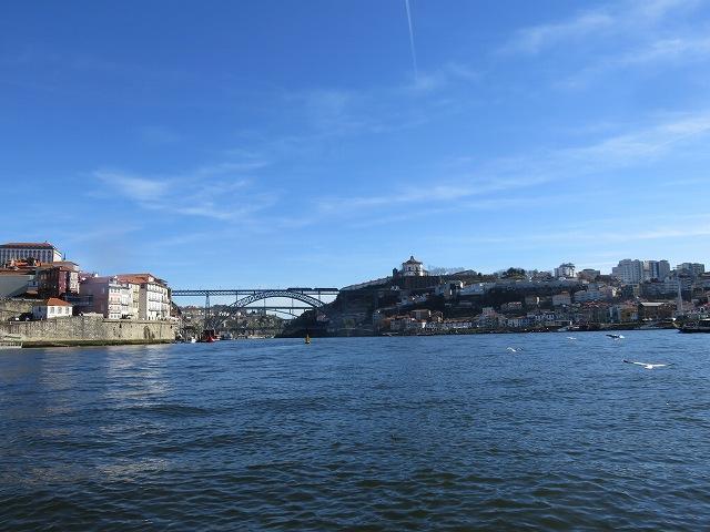 ポルトのドウロ川クルーズ船からの川と街の眺め