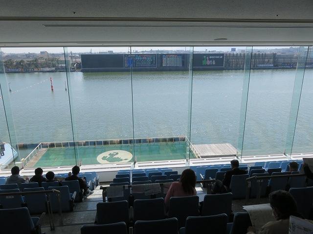 津競艇場の3階一般席から見た水面