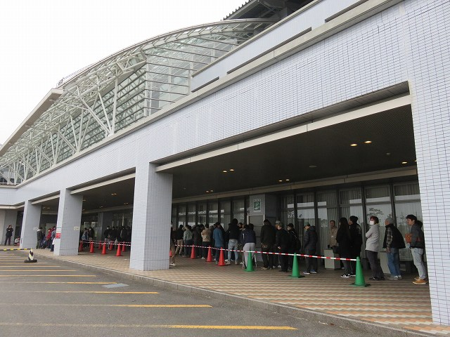 津競艇場の指定席の整理券配布の様子