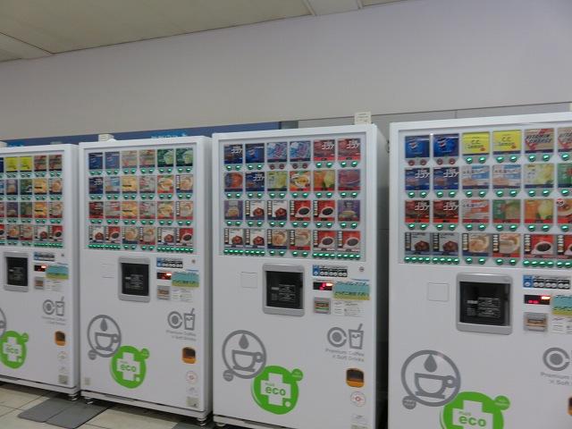 戸田競艇場の指定席フロアにあるフリードリンクの自販機
