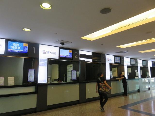 台湾の桃園空港第2ターミナルにある高速バスのチケット売り場窓口